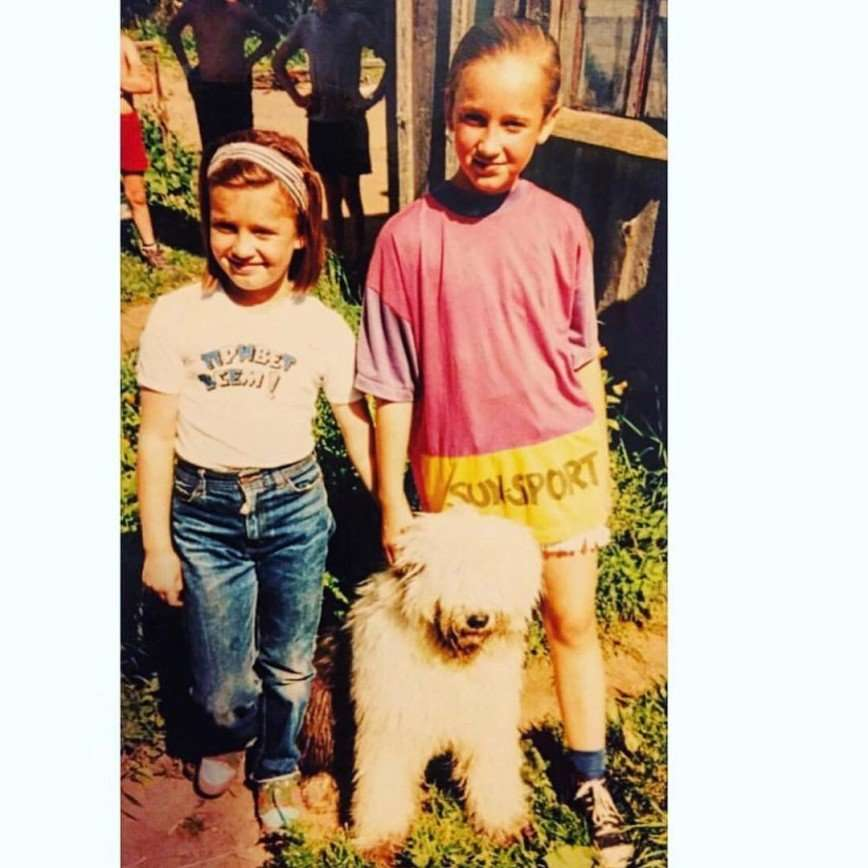 «Как похожи»: Ольга Бузова показала детское фото с сестрой
