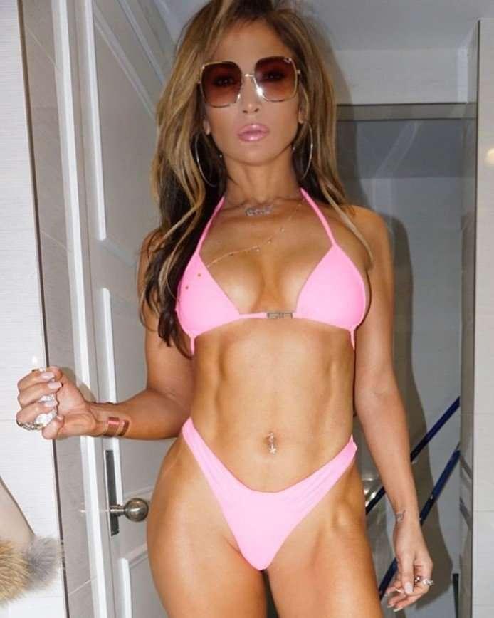 Внимание, горячо: 49-летняя Дженнифер Лопес показала фигуру в крошечном купальнике
