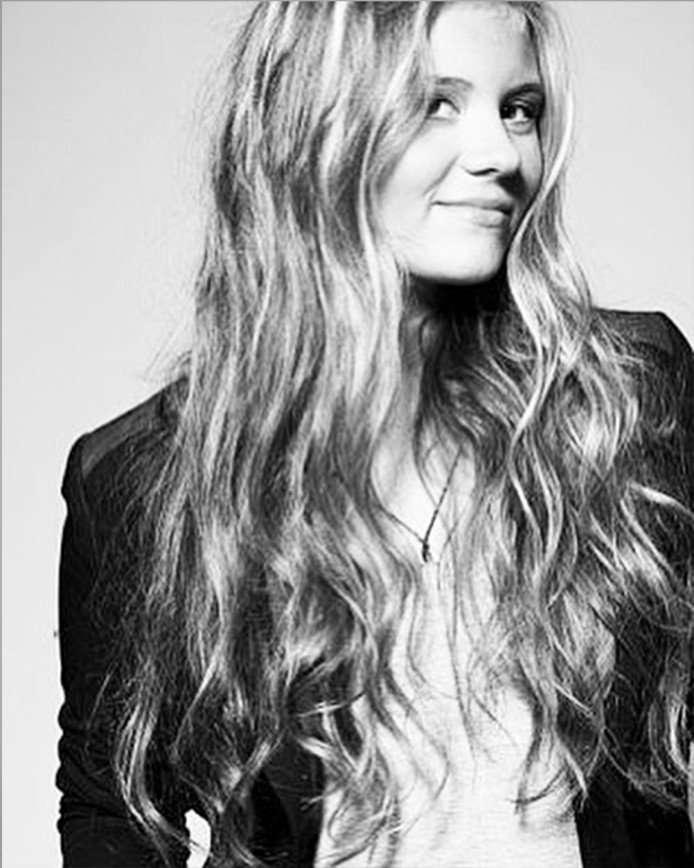 «А с длинными волосами лучше!»: Анна Шульгина поделилась архивным фото