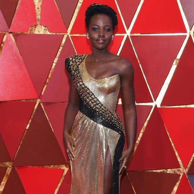 «Как золотая статуэтка»: Люпита Нионго сразила африканской этникой и футуристическим платьем