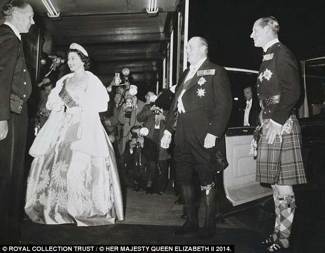 К юбилею Елизаветы II организуют выставки ее платьев