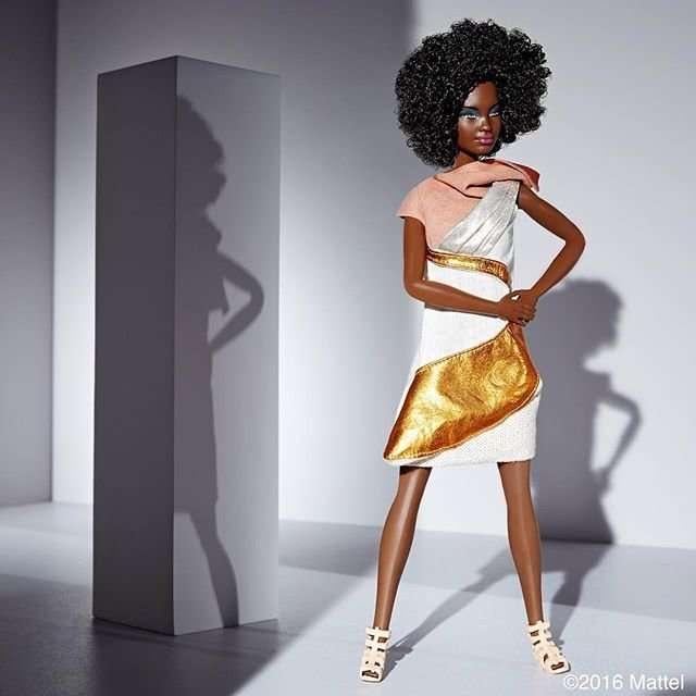 Обновленная Барби подобрала модный гардероб