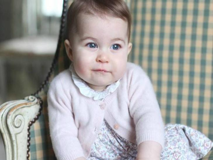 Кейт Миддлтон показала новые фото полугодовалой принцессы Шарлотты